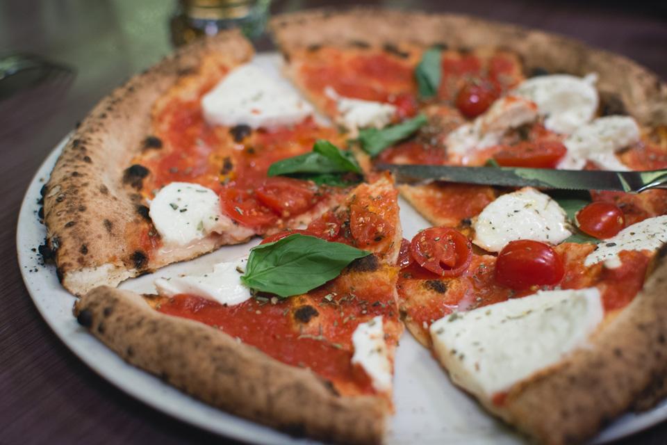 Pizza cesto z cukiny s mozzarellou