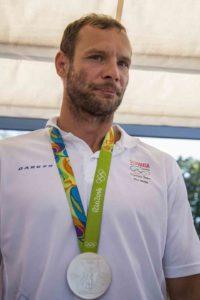Na snímke kajakár Juraj Tarr pózuje so striebornou medailou počas tlačovej konferencie po návrate z Olympijských hier v Rio de Janeiro, 25. augusta 2016 v Bratislave. FOTO TASR - Jakub Kotian