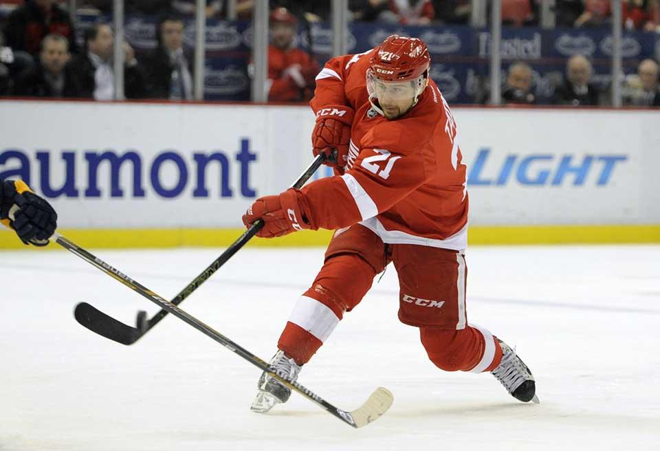 f5ba8d637c9d1 WA 3 Detroit - Hokejista Detroitu Red Wings Tomáš Tatar strieľa v zápase  zámorskej hokejovej NHL Detroit Red Wings - Nashville Predators v Detroite  5. ...