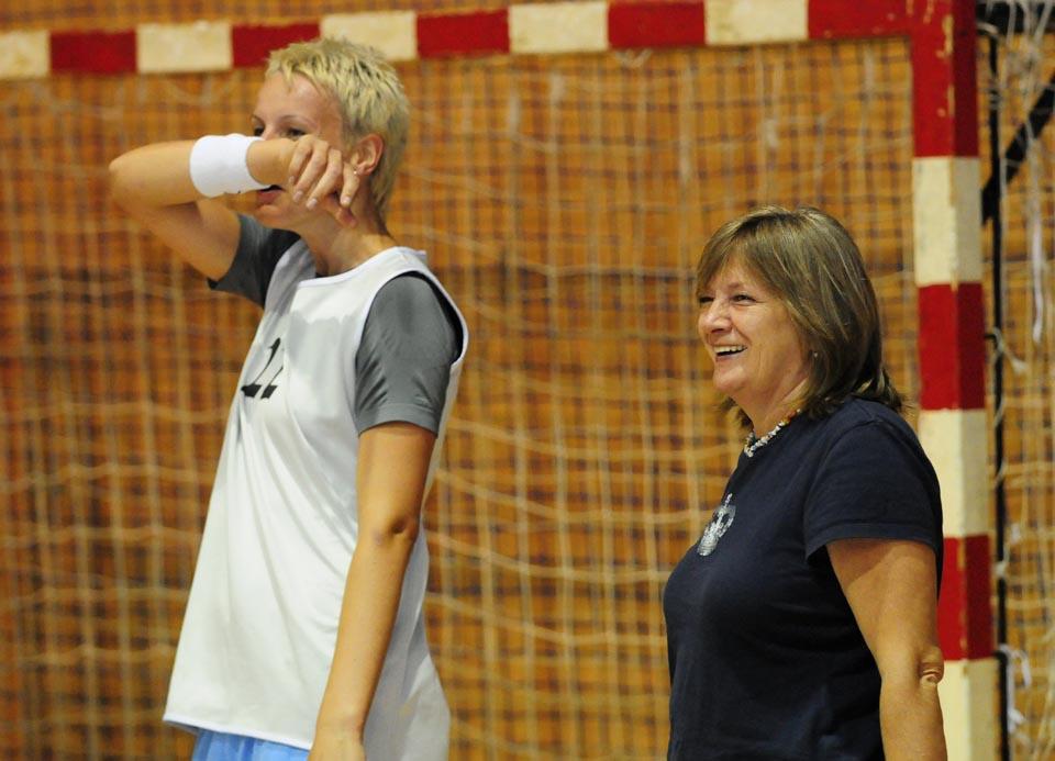 Slovenská basketbalová reprezentácia žien odštartovala v stredu 7. júla 2010 v Košiciach prípravu na augustovú kvalifikáciu o postup na majstrovstvá Európy 2011, ktoré sa uskutočnia v Poľsku. Prvý tréning absolvovali slovenské reprezentantky v Infinity aréne. Na snímke vľavo Anna Jurčenková a vpravo športová riaditeľka ženskej basketbalovej reprezentácie Natália Hejková počas tréningu slovenských basketbalistiek v Infinity aréne v Košiciach 7. júla 2010. FOTO TASR – Milan Kapusta *** Local Caption *** slovenská ženská basketbalová reprezentácia slovenské basketbalistky august kvalifikácia majstrovstvá Európy 2011 ME2011 ME 2011 Poľsko príprava štart začiatok basketbalistka basketbalistky hráčky športovkyne