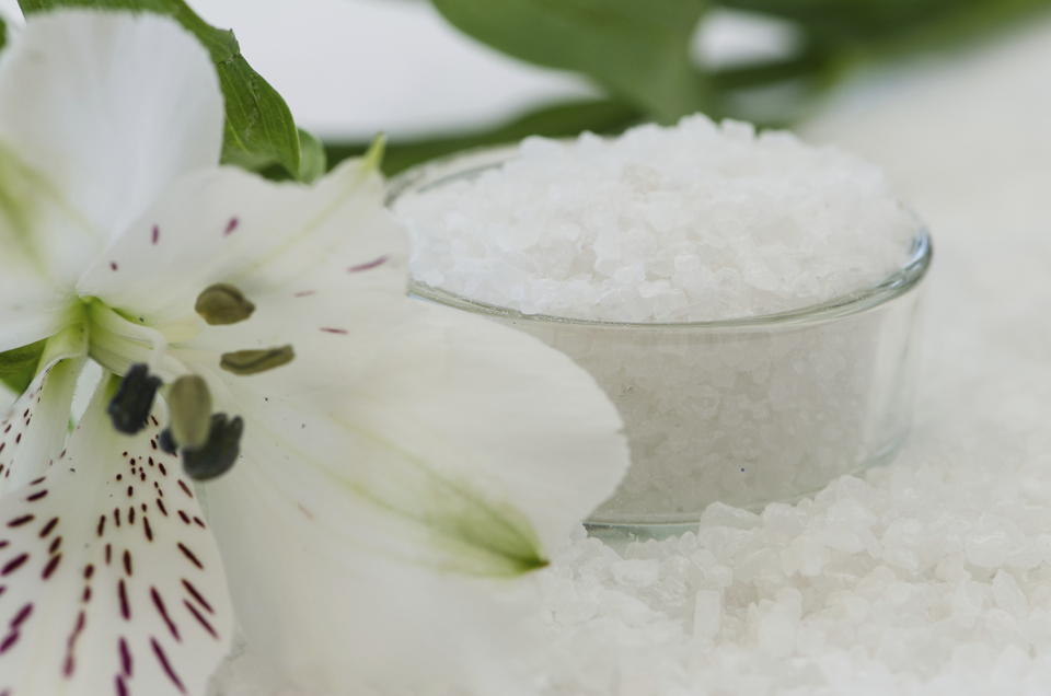 white sea salt background image with white flower