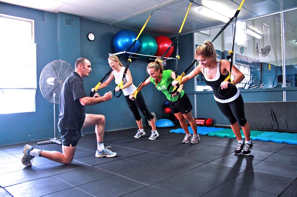 Cvičenie s vlastnou váhou pomocou závesného posilňovacieho systému TRX