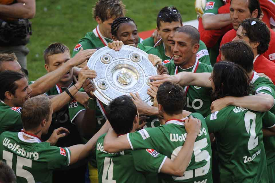 KK13 Wolfsburg - Hráči Wolfsburgu držia trofej po zisku ich prvého bundesligového titulu 23. mája 2009 vo Wolfburgu. Zverenci trénera Felixa Magatha deklasovali v sobotňajšom záverečnom 34. kole najvyššej nemeckej súťaže Werder Brémy 5:1. FOTO TASR/AP Wolfsburg's players celebrate with the trophy after the German first division Bundesliga soccer match between VfL Wolfsburg and Werder Bremen in Wolfsburg, Germany, on Saturday, May 23, 2009. Wolfsburg won its first German soccer championship ever. (AP Photo/Fabian Bimmer) ** NO MOBILE USE UNTIL 2 HOURS AFTER THE MATCH, WEBSITE USERS ARE OBLIGED TO COMPLY WITH DFL-RESTRICTIONS, SEE INSTRUCTIONS FOR DETAILS **