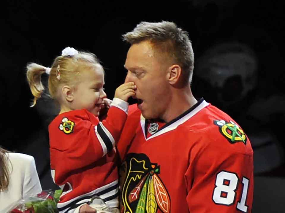 Na snímke slovenský útočník Chicaga Marián Hossa so svojou dcérkou Zojou oslavuje po tom, ako si prevzal pamätné ocenenie za pokorenie 500-gólovej méty v NHL pred zápasom Chicago Blackhawks - Los Angeles Kings v noci na 31. oktpóbra 2016. FOTO TASR/AP