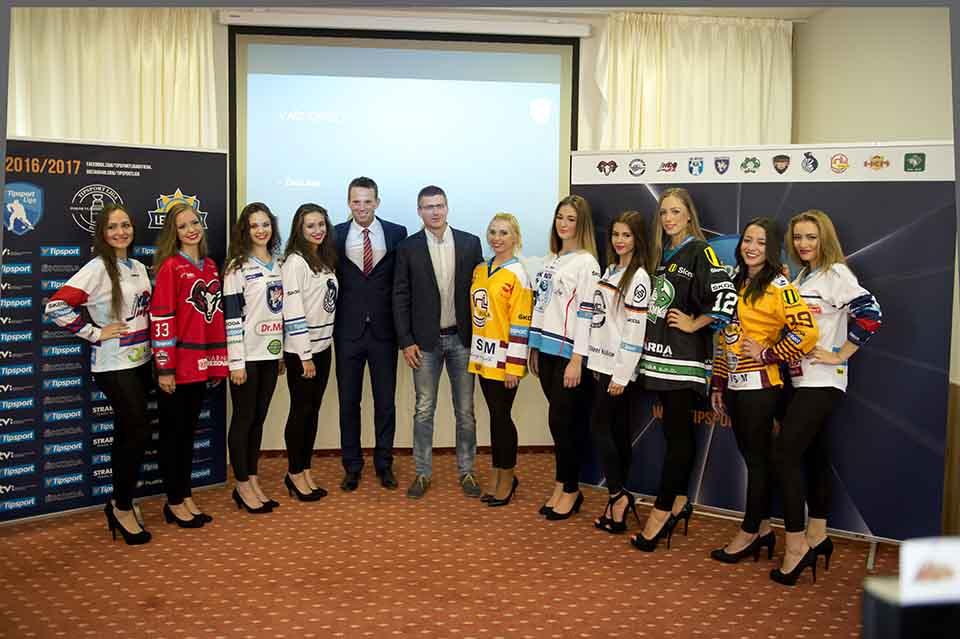 Na snímke uprostred vpravo generálny riaditeľ Tipsport Slovensko Jaroslav Taraba a uprostred vľavo riaditeľ spoločnosti Pro-Hokej Richard Lintner predstavujú dresy účastníkov Tipsport Ligy počas tlačovej konferencie spoločnosti Pro-Hokej pred štartom Tipsport Ligy 7. septembra 2016 v Bratislave. FOTO TASR - Pavel Neubauer