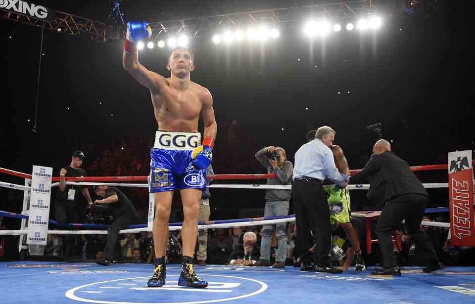 WA 26 Inglewood - Kazašský boxer Gennadij Golovkin sa teší po obhajobe titulu v strednej váhe WBA, keď 23 sekúnd pred koncom druhého kola súboja v Inglewoode zložil svojho amerického súpera Dominica Wadea v sobotu 23. apríla 2016. Golovkin si pripísal na svoje konto 22. KO výhru za sebou a už šestnástykrát úspešne obhájil svoj opasok. FOTO TASR /AP Gennady Golovkin, left, of Kazakhstan, bows to the crowd after defeating Dominic Wade in a middleweight title boxing match, Saturday, April 23, 2016, in Inglewood, Calif. (AP Photo/Mark J. Terrill)