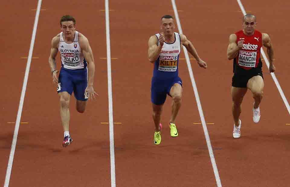 Slovenský šprintér Ján Volko (vľavo) vo finále behu na 60 m na halových ME v atletike v Belehrade 4. marca 2017. Valko získal senzačne striebornú medailu. Uprostred víťaz Brit Richard Kilty. Vpravo Švajčiar  Pascal Mancini, ktorý skončil na šiestom mieste. Volko štartoval v 6. dráhe a bol to vôbec prvý slovenský šprintér v histórii, ktorý sa ocitol v súboji o medailu v najkratšom šprinte. Získal medailu opäť s národným rekordom 6,58.FOTO TASR /AP