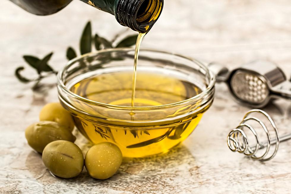 olyvy a olyvovy olej v miske