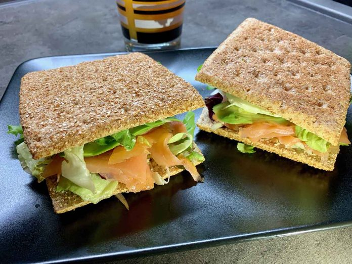 Rýchly grahamový sendvič s lososom
