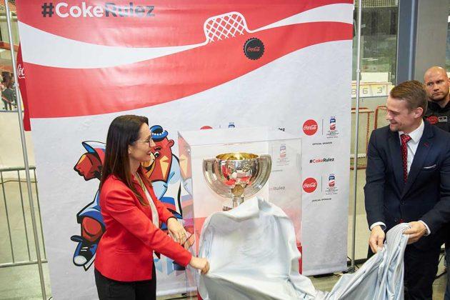 odhaľovanie IIHF Ice Hockey World Championship Trophy - Natalia Stroe, generálna riaditeľka The Coca-Cola Company v Českej republike a na Slovensku, a Peter Bednár, PR & media manager 2019 IIHF WM, OC 2019 IIHF Ice Hockey Wolrd Championship Slovakia