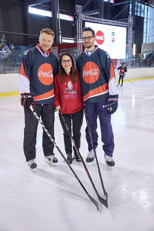 hokejisti a ambasádori kampane Marián Hossa a Patrik Eliáš s Nataliou Stroe, generálnou riaditeľkou The Coca-Cola Company v Českej republike a na Slovensku