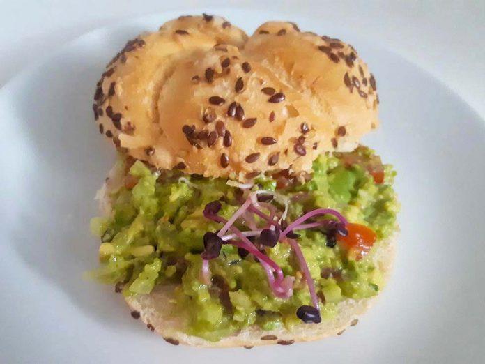 Superrýchla avokádová pomazánka s klíčkami z reďkovky - recept
